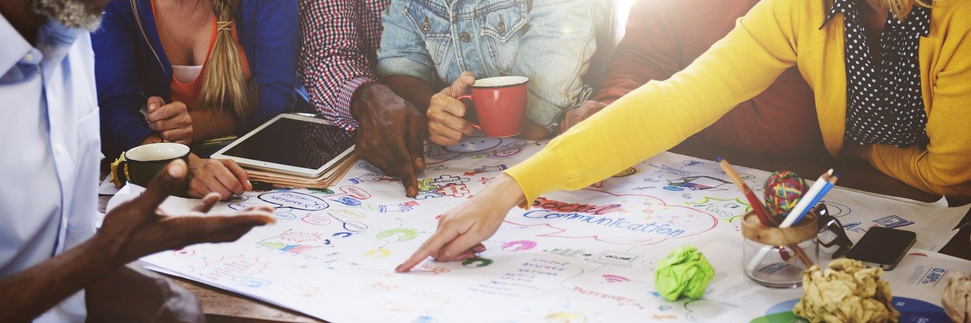 Mitarbeiter arbeiten gemeinsam an Projekt.