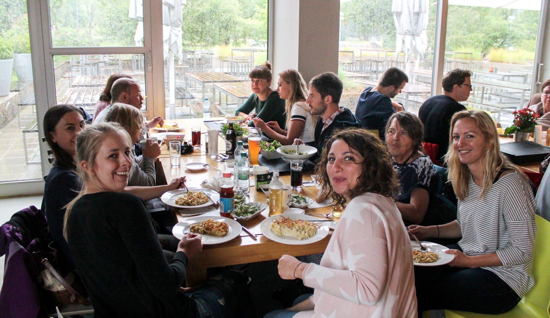 Mitarbeiter der Alexander Thamm GmbH zusammen mit den Bewohnern der Pfennigparade.