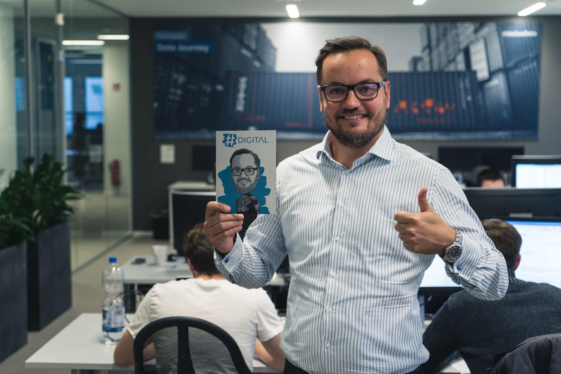 Alexander Thamm mit dem offiziellen Hashtag Digital Logo Podcast im Münchner Office von AT.