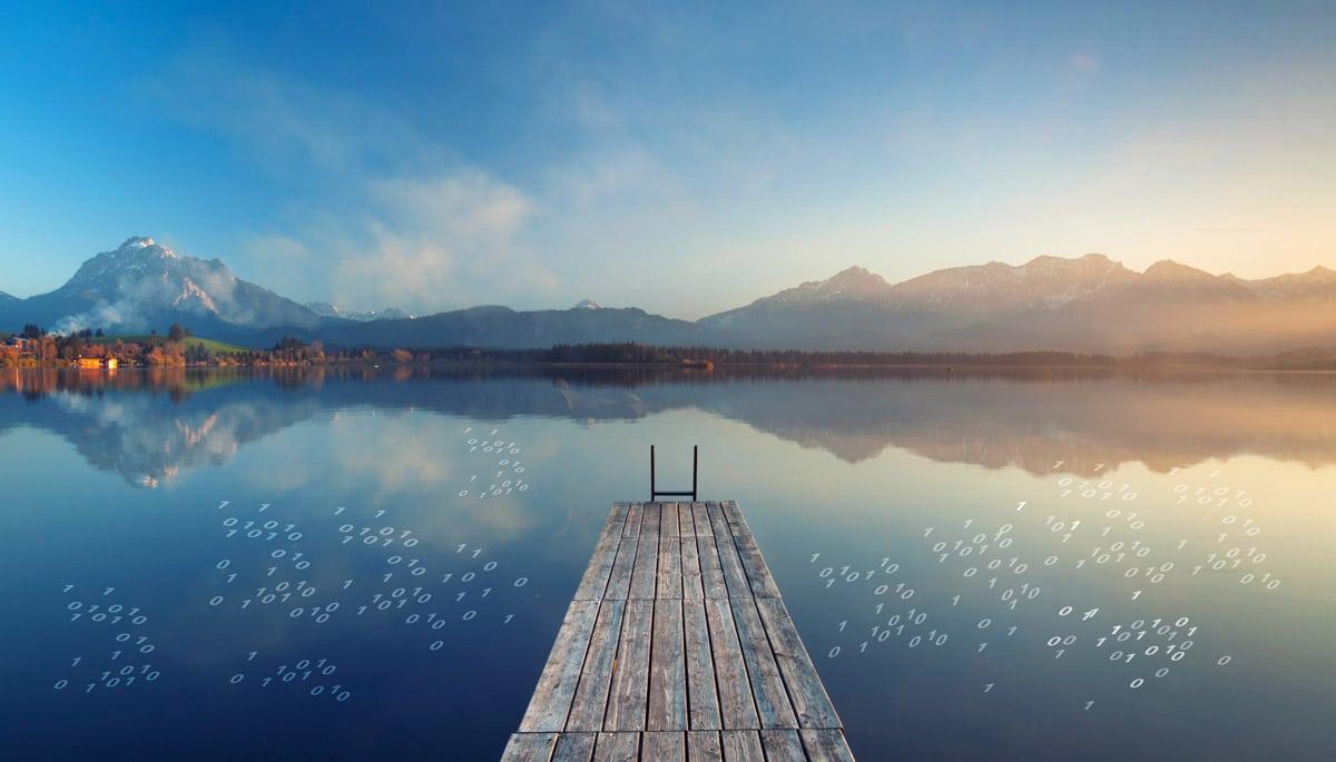Ein sinnbildlicher Data Lake. Ein Data Lake lässt sich am besten wie eine überdimensionale Festplatte vorstellen.