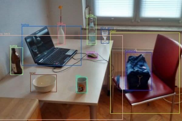 KI erkennt Objekte am Schreibtisch